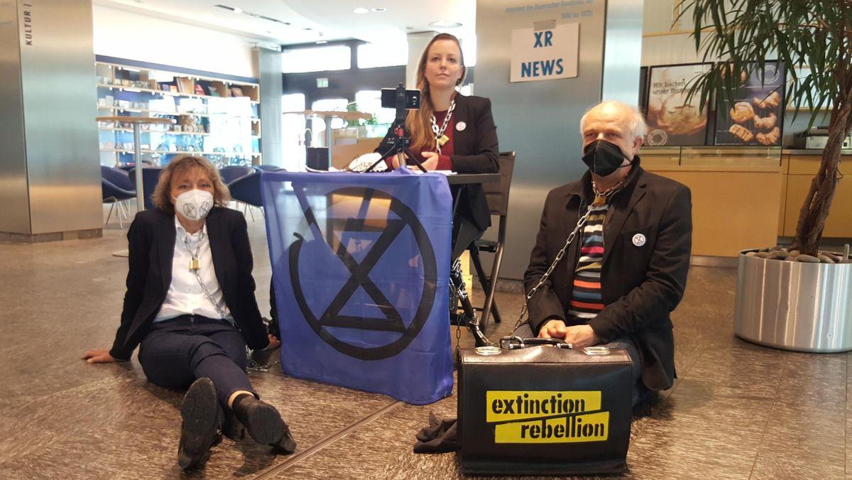 Klima-Aktivisten haben sich im BR-Foyer festgeklebt.