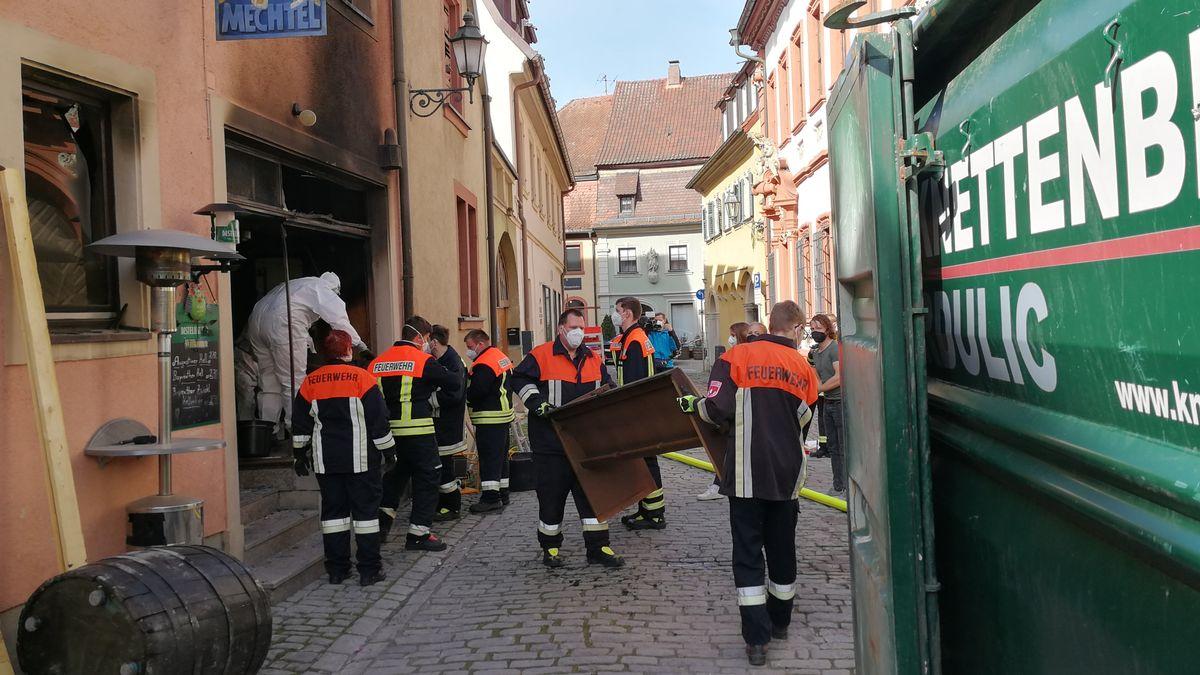 Feuerwehr entrümpelt abgebrannte Kneipe in Volkach