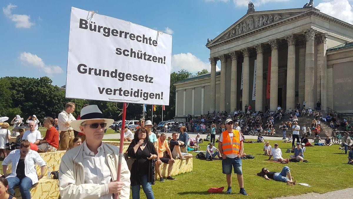 Demo am Königsplatz in München.