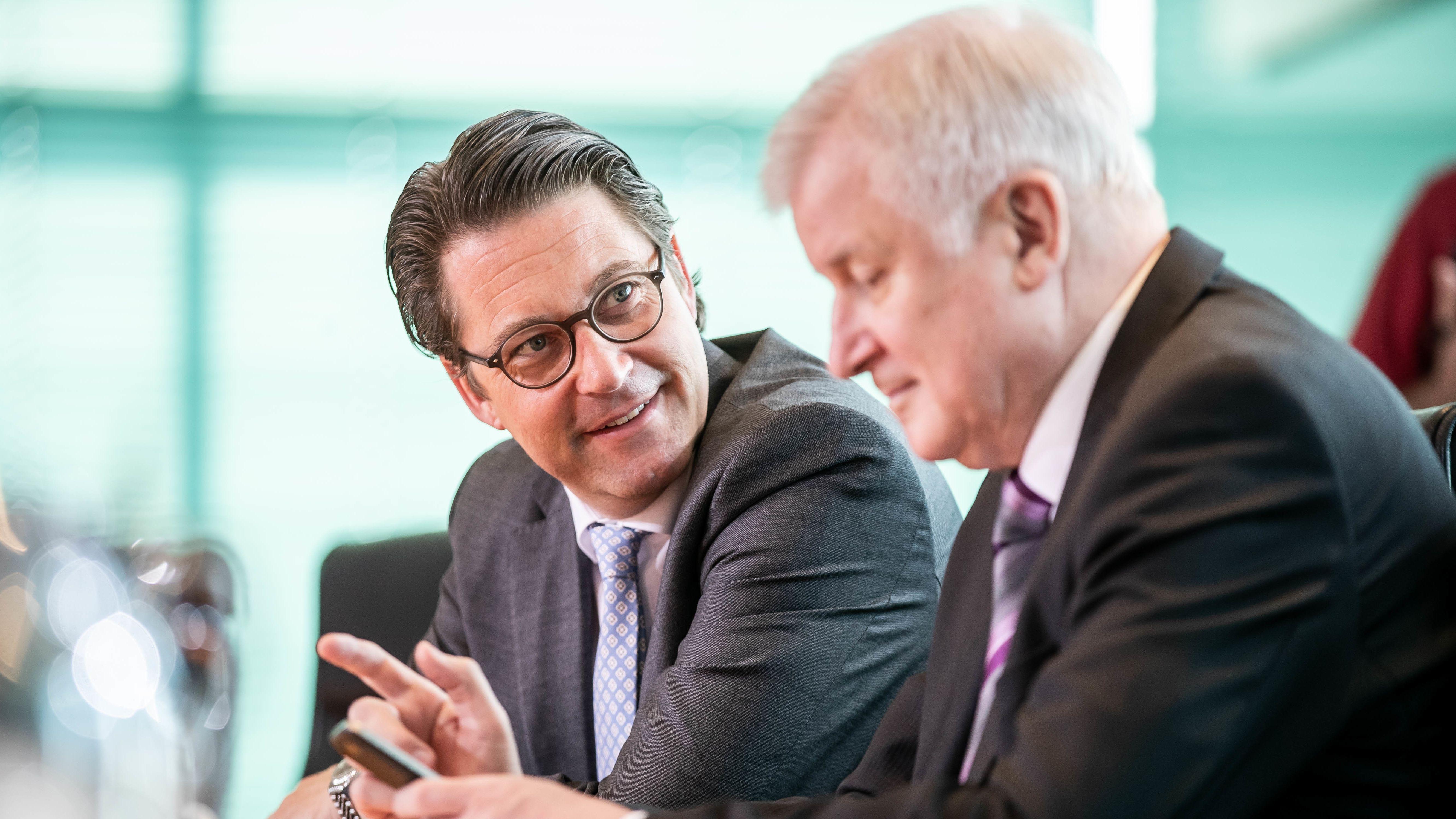 Bundesverkehrsminister Andreas Scheuer (CSU, l.) und Bundesinnenminister Horst Seehofer (CSU, l.) vor einer Kabinettssitzung im Juni 2019