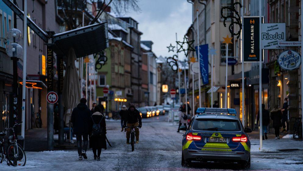 Bayreuth: Ein Wagen der Polizei fährt am 14. Januar durch die Innenstadt. | Bild:dpa-Bildfunk/Nicolas Armer
