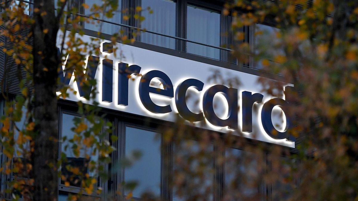 Das Firmenlogo Wirecard auf der Fassade der Firmenzentrale.