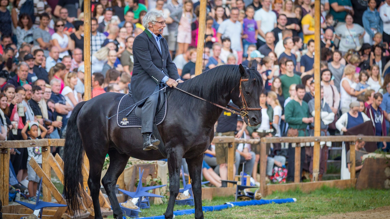 Prinz Luitpold - der Gründer der Kaltenberger Ritterspiele - auf seinem Pferd