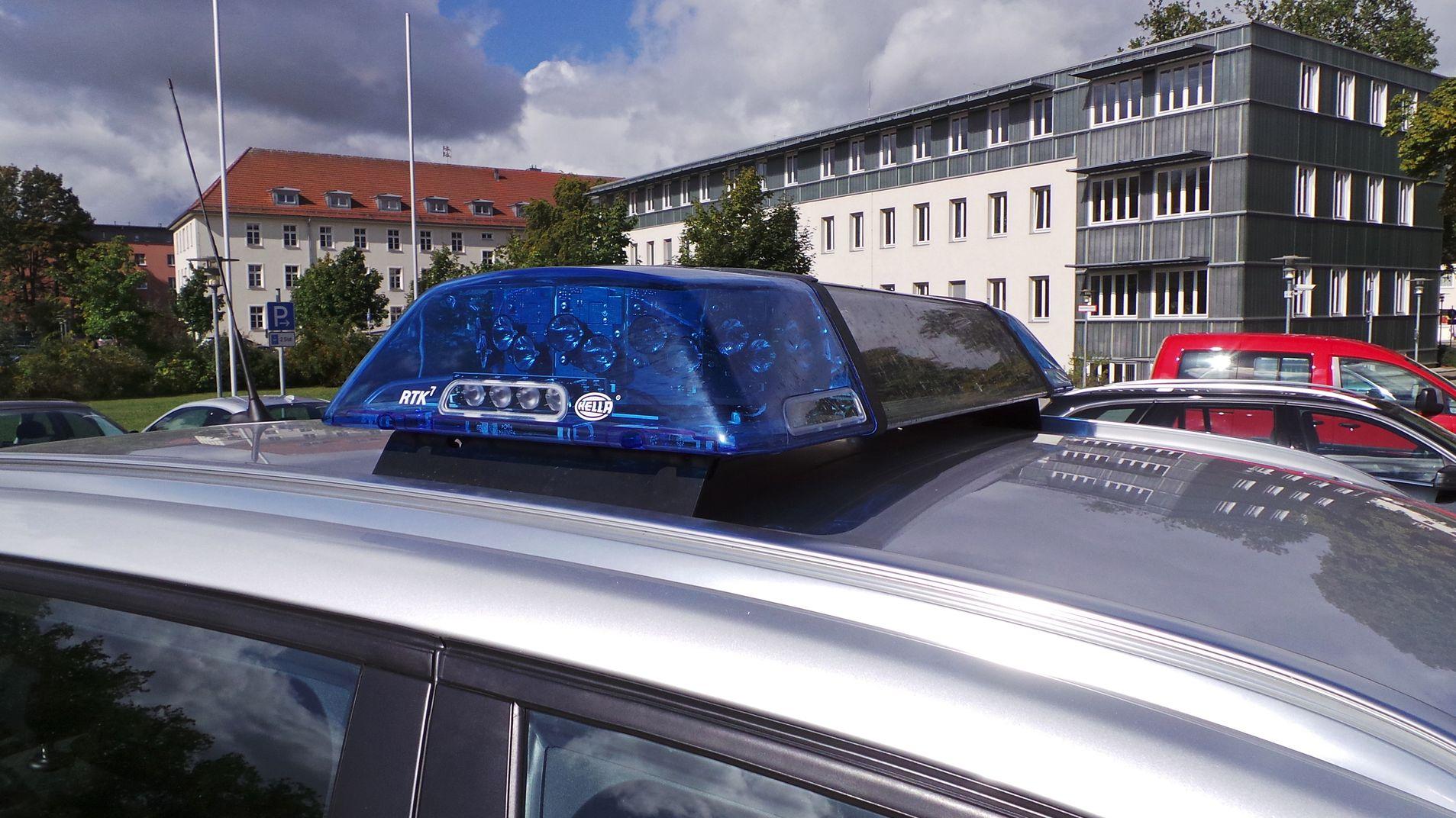Symbolbild – Blaulicht auf einem Polizeiauto