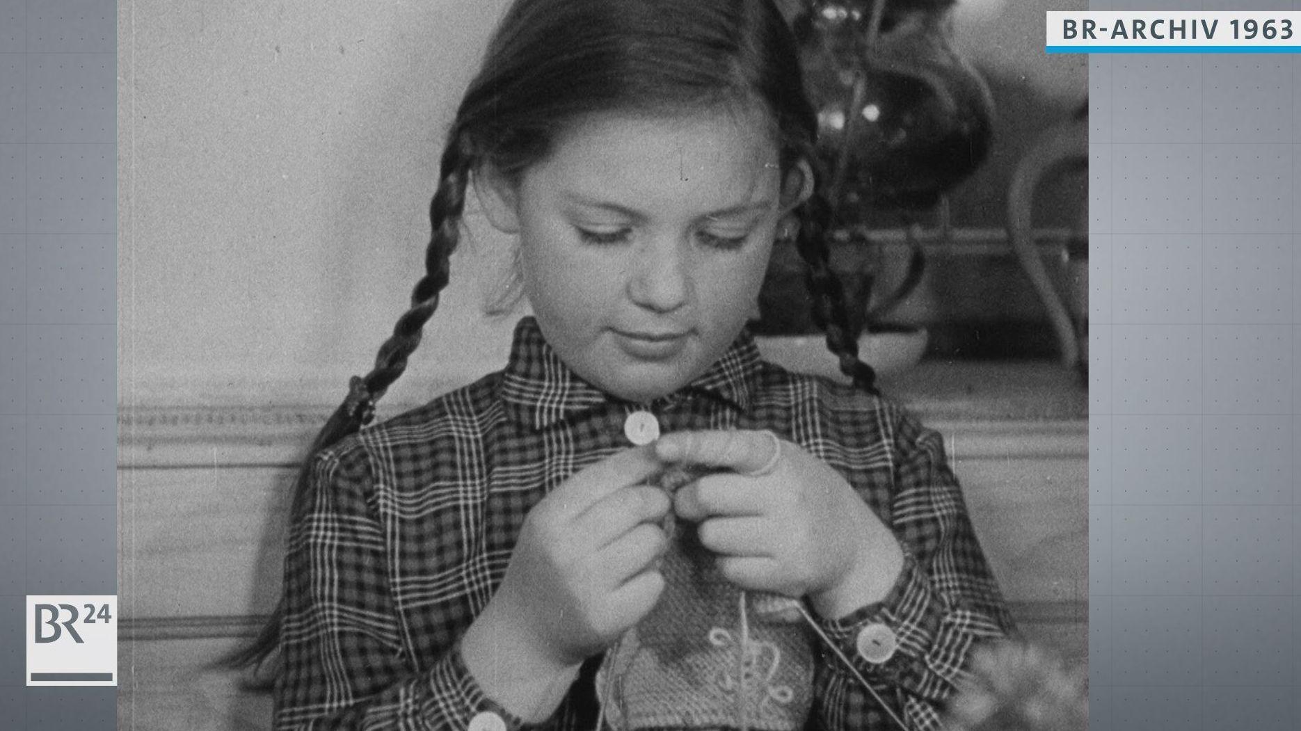 Mädchen strickt einen Topflappen