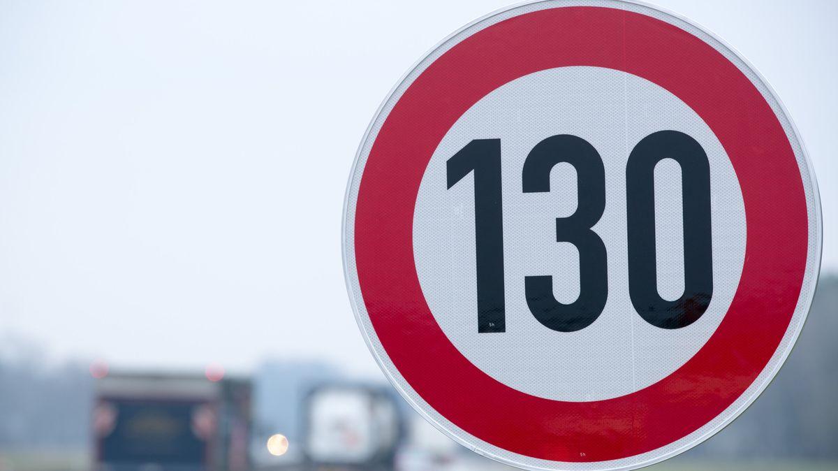An der Autobahn steht ein Verkehrsschild mit der Geschwindigkeitsangabe von 130 Stundenkilometern, die im folgenden Streckenabschnitt nicht überschritten werden soll.