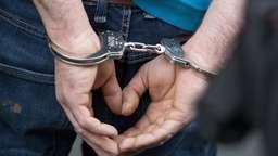 Ein Mann wird in Handschellen abgeführt. | Bild:picture-alliance/dpa