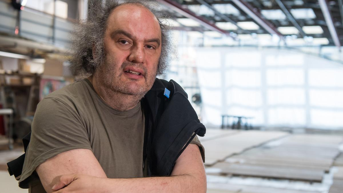 Matthias Lilienthal, Intendant der Münchner Kammerspiele steht in einer Halle