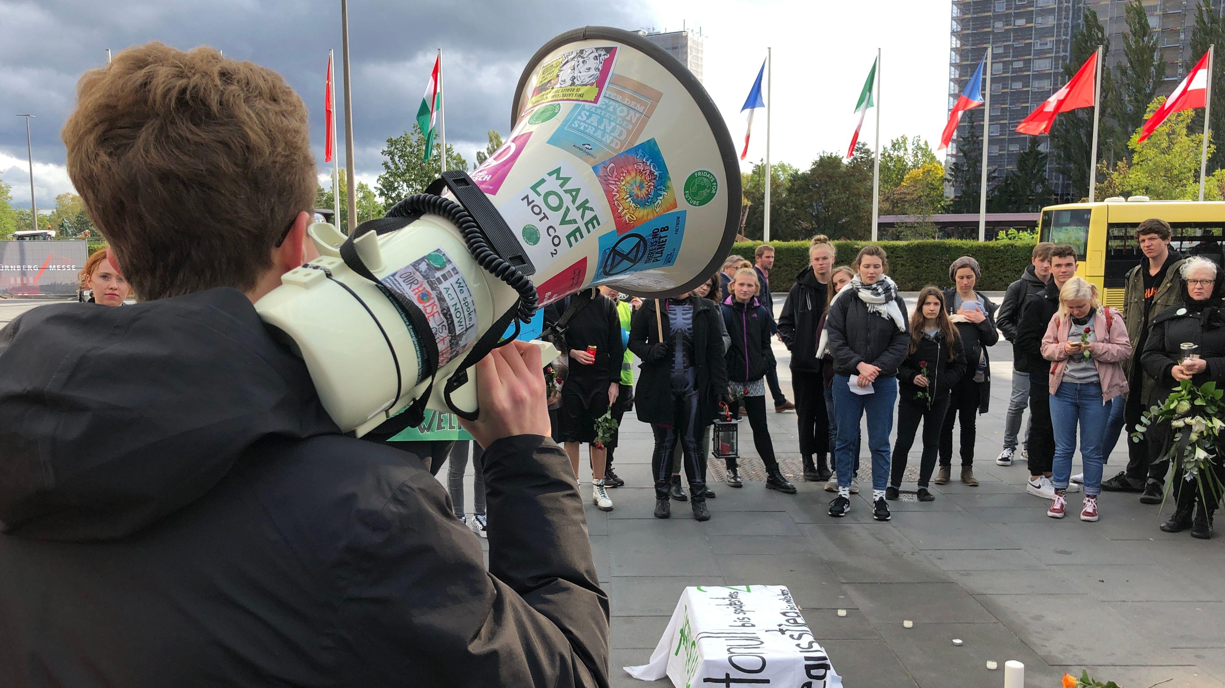 """""""Fridays for Future""""-Demonstranten vor der Messe Nürnberg"""