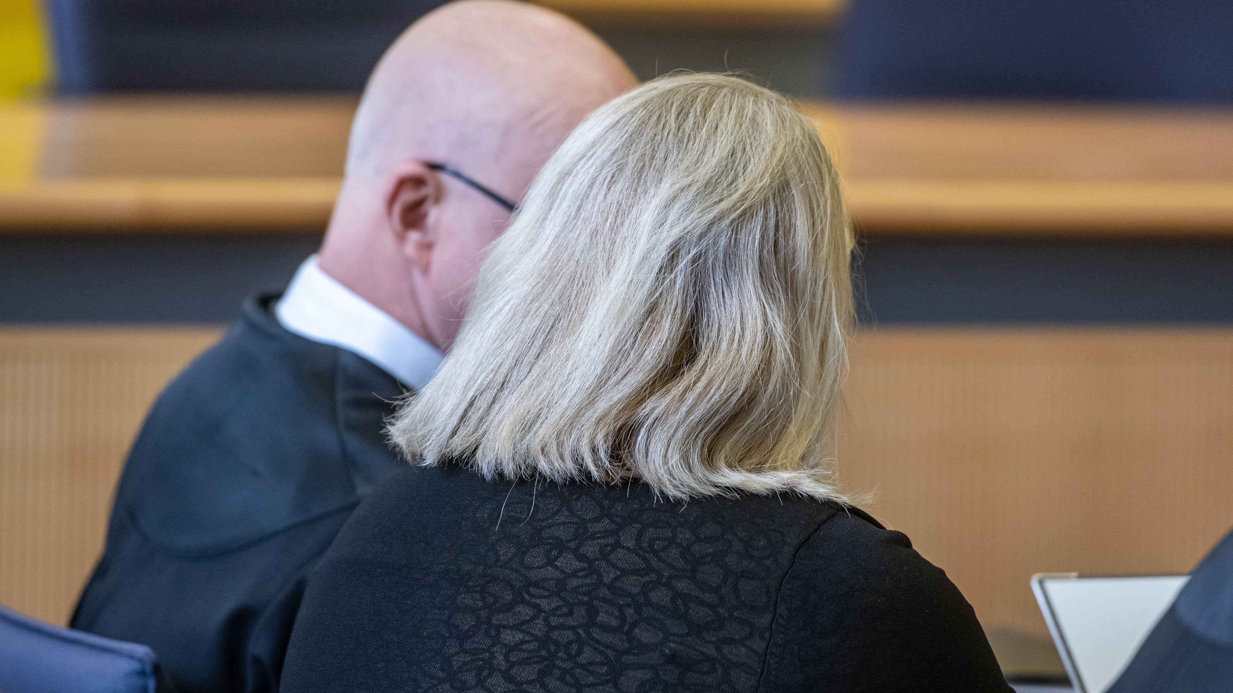 Die Angeklagte sitzt Verhandlungssaal im Landgericht neben ihrem Verteidiger Michael Haizmann (l).