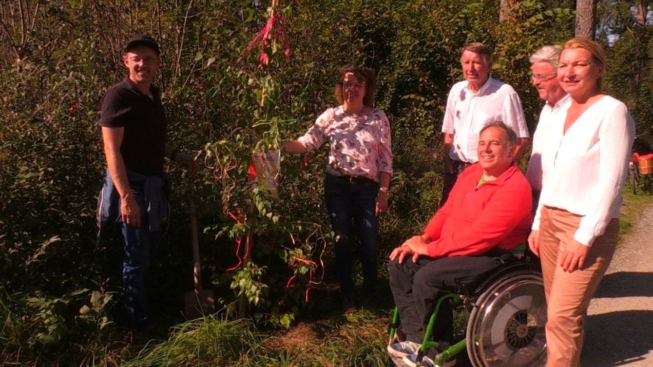 """Mitglieder der Bürgerinitative """"Stop Karweidach"""" bei ihrer Baumpflanzaktion"""