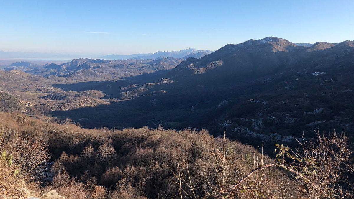 Die Aufnahme zeigt einen Blick zwischen Cetinje und Podgorica.