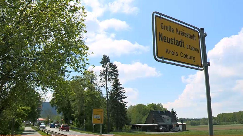 "Schild ""Neustadt bei Coburg""."