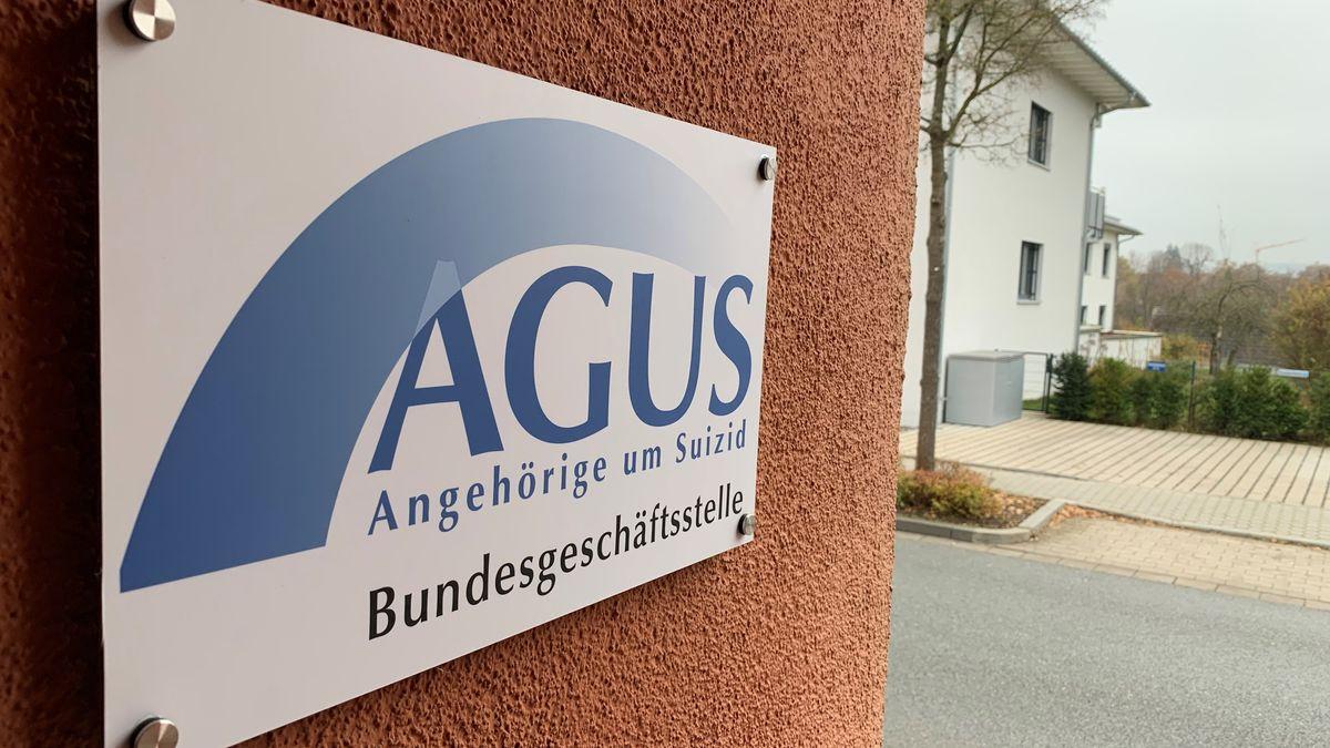 Ein Schild mit der Aufschrift: Agus - Angehörige um Suizid - Bundesgeschäftststelle