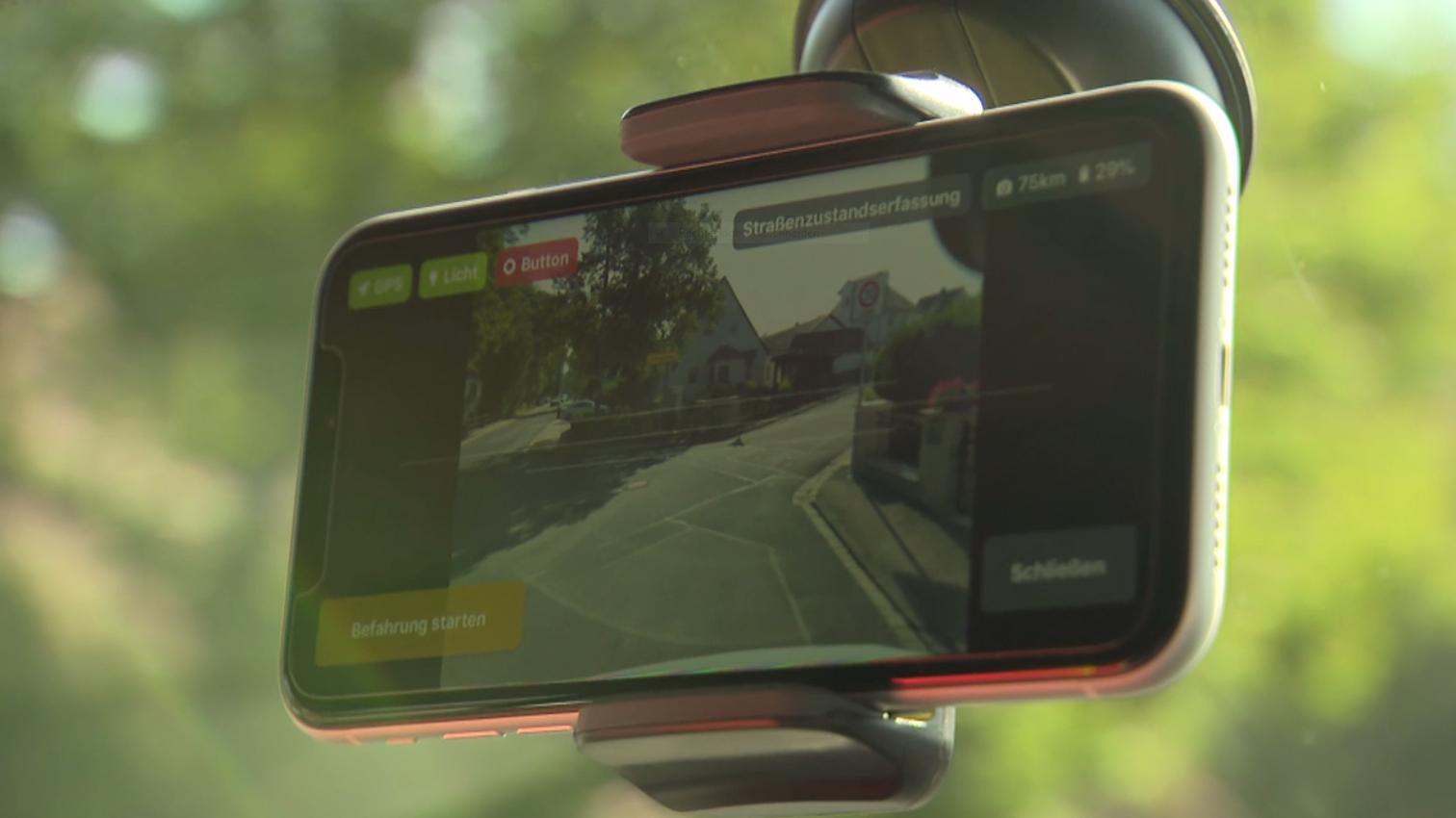 Handydisplay bei einer Straßenuntersuchung per App