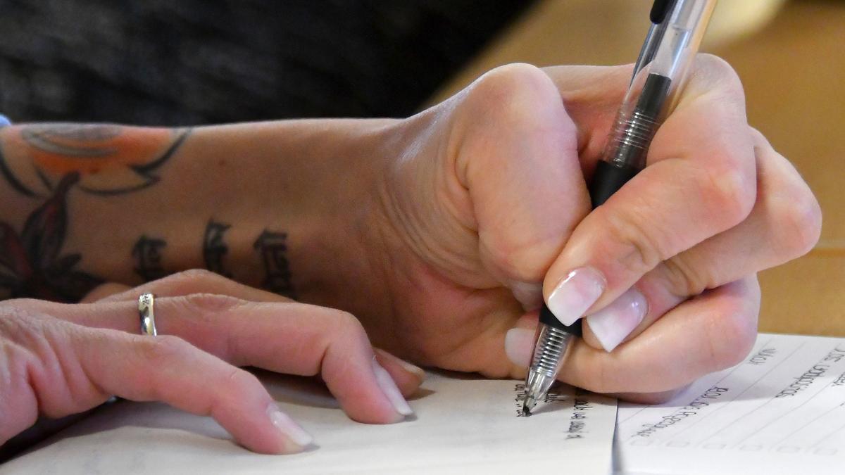 Frau schreibt mit links