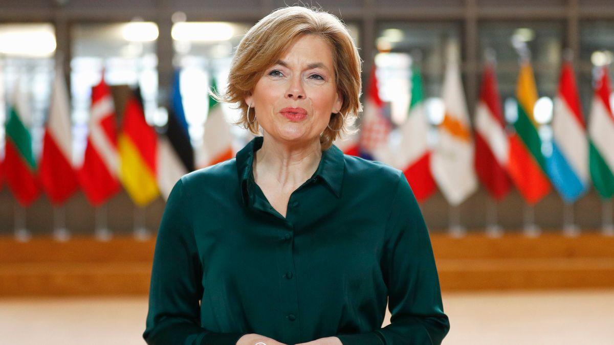Bundeslandwirtschaftsministerin Julia Klöckner (CDU) beim Treffen der EU-Agrarministerinnen und -minister. Klöckner steht vor eine Reihe von Flaggen der EU-Mitgliedstaaten.