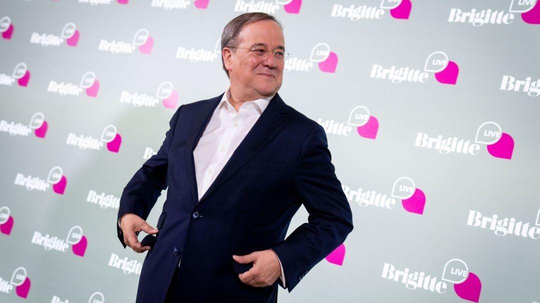 """CDU-Kanzlerkandidat Armin Laschet steht in der Astor-Filmlounge zu Beginn der Gesprächsrunde """"Brigitte Live"""""""