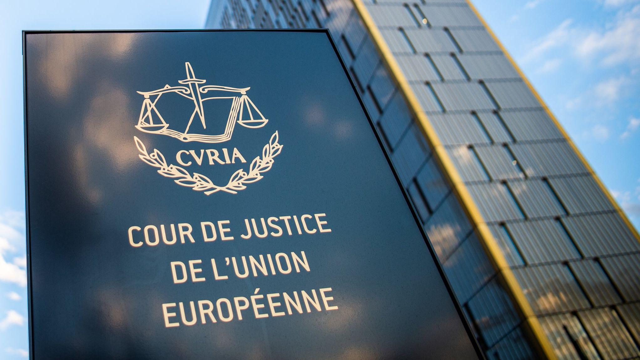 Der Europäische Gerichtshof (EuGH) in Luxemburg. Zu sehen ist ein Schild und im Hintergrund eines der drei großen Gerichtsgebäude.