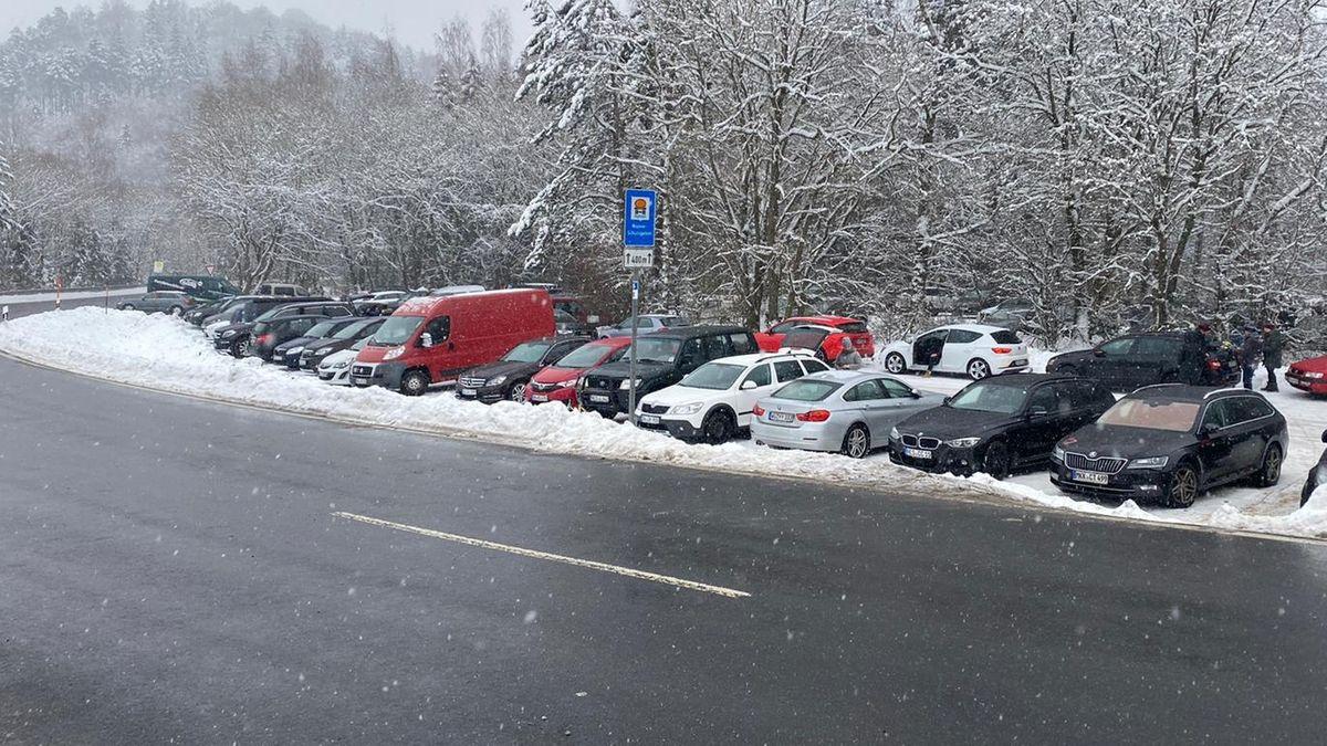 Überfüllte Parkplätze am Arnsberg in der Rhön