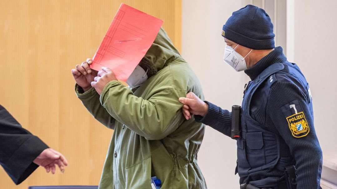 Der Angeklagte wird während eines Prozesstags in den Verhandlungssaal geführt.