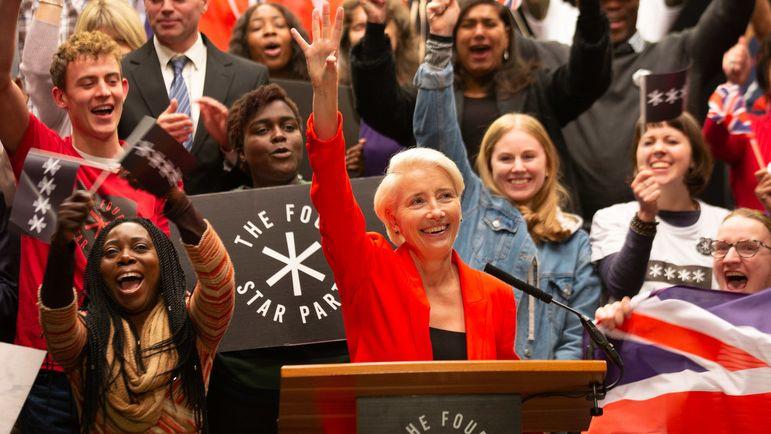 Ein Standbild zeigt die von begeisterten Anhängern umgebene Politikerin Rook am Rednerpult. Ihre Unterstützer wedeln mit Parteiplakaten und britischen Flaggen