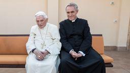 Erzbischof Georg Gänswein (rechts) mit dem emeritierten Papst Benedikt (Archivbild)   Bild:BR/Vittorio Zannelli