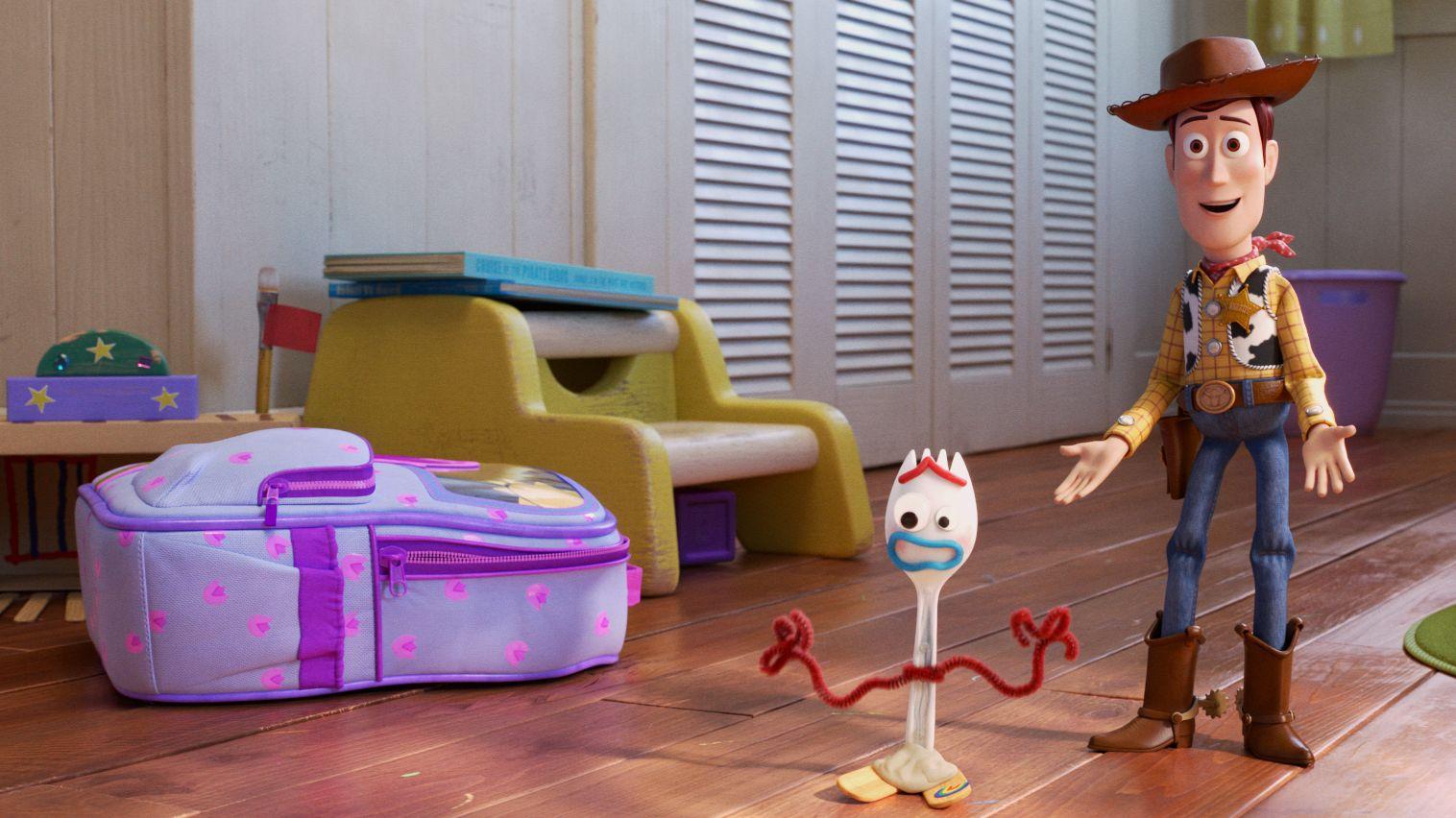 """Filmszene aus """"Toy Story 4"""": Spielzeugcowboy stellt im Kinderzimmer ein Spielzeug aus einer Plastikgabel vor"""