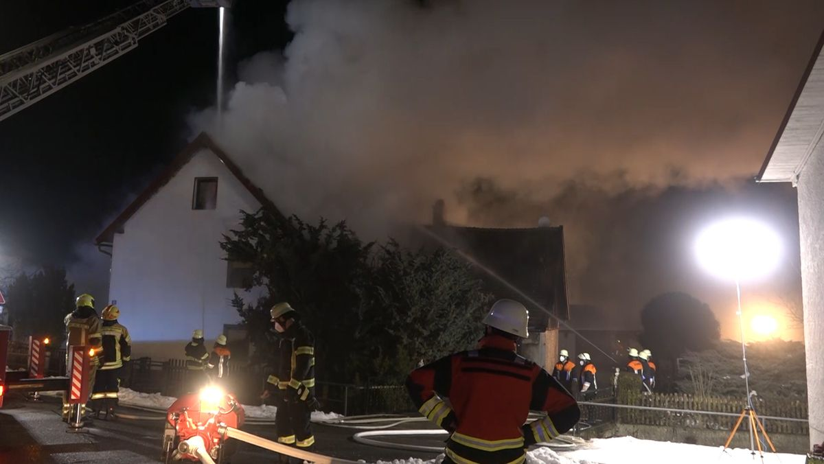 Die Feuerwehr kämpft gegen die Flammen