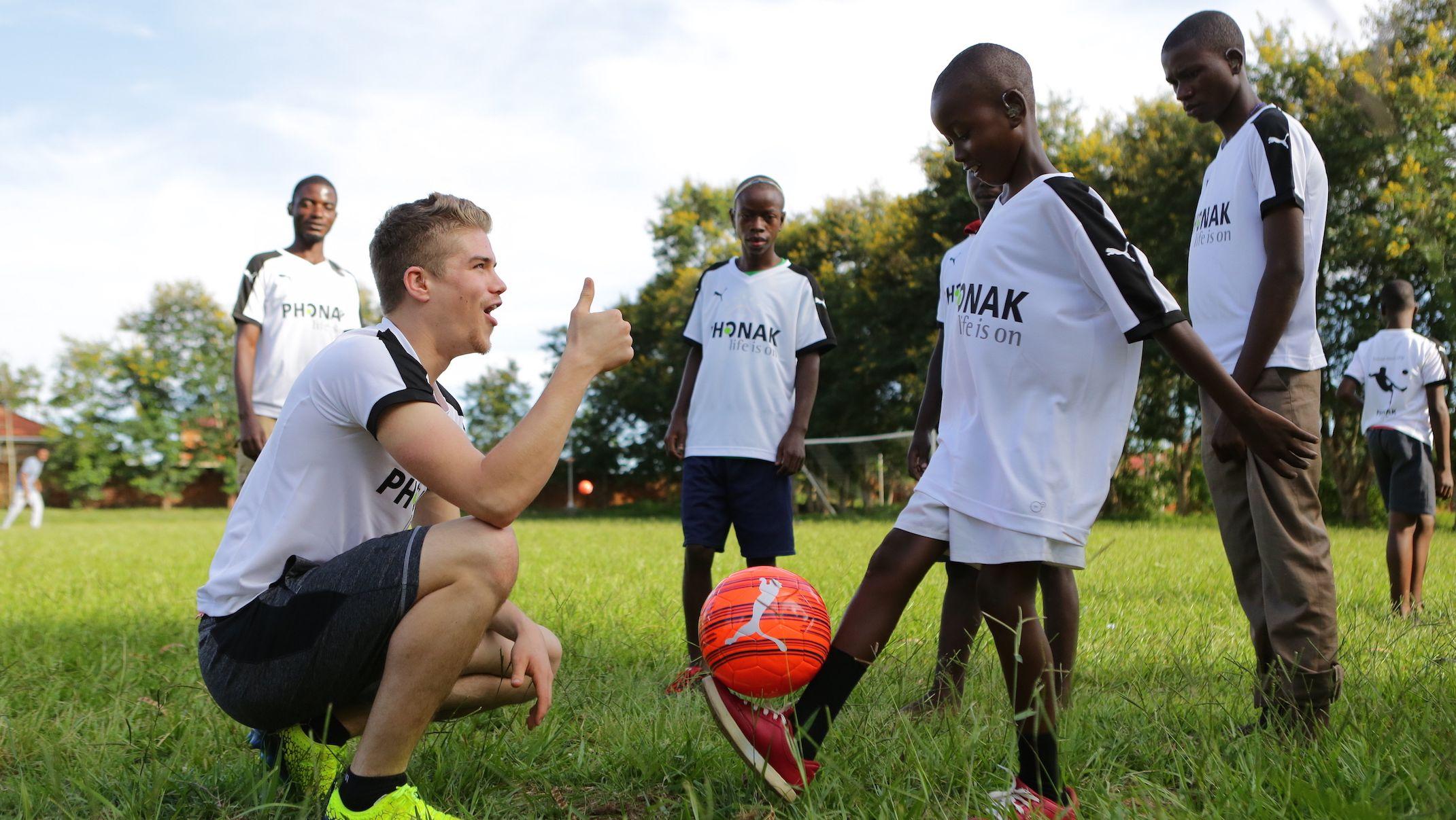"Gehörgeschädigter Fußballer Simon Ollert hilft Kindern in Malawi"""