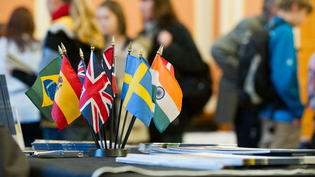 Schülerinnen informieren sich in Berlin auf einer Messe über ein Austauschjahr.