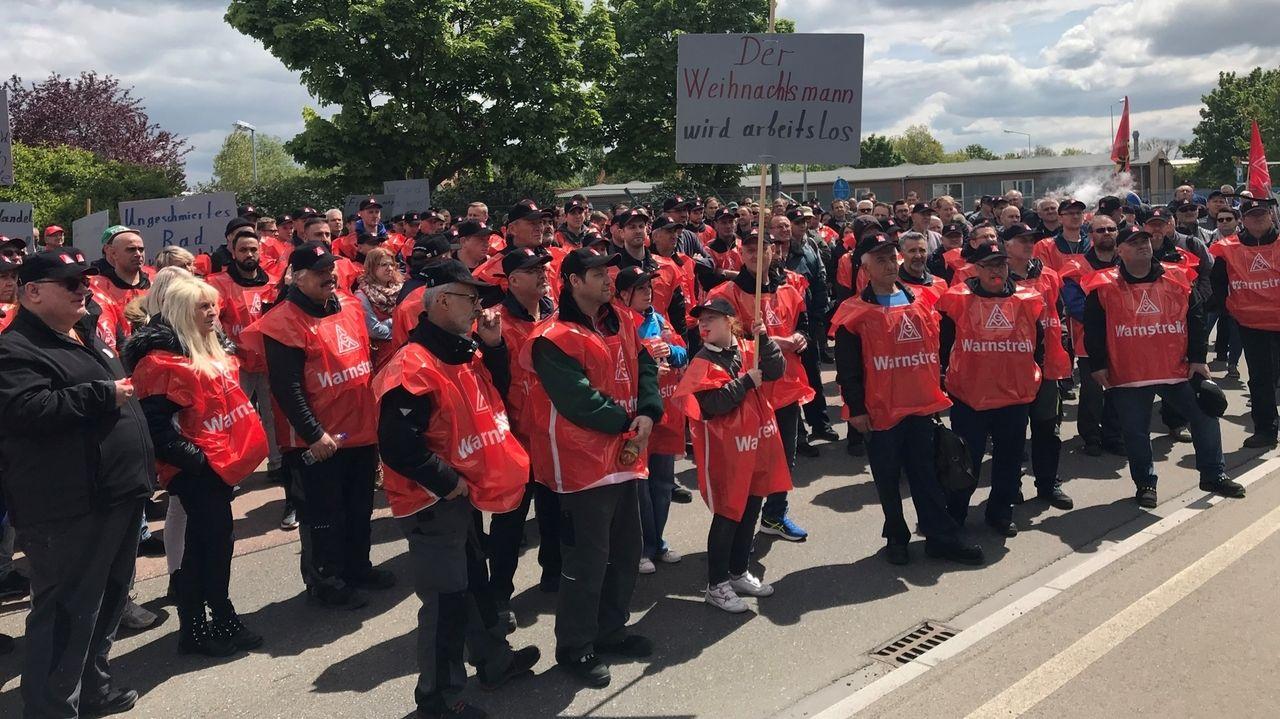 Streikende Mitarbeiter in Leipheim