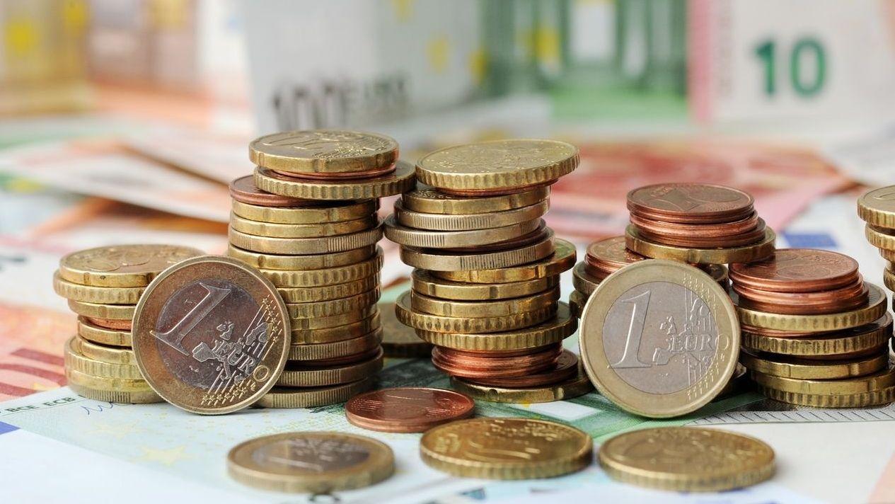Euromünzen- und Scheine auf einem Tisch