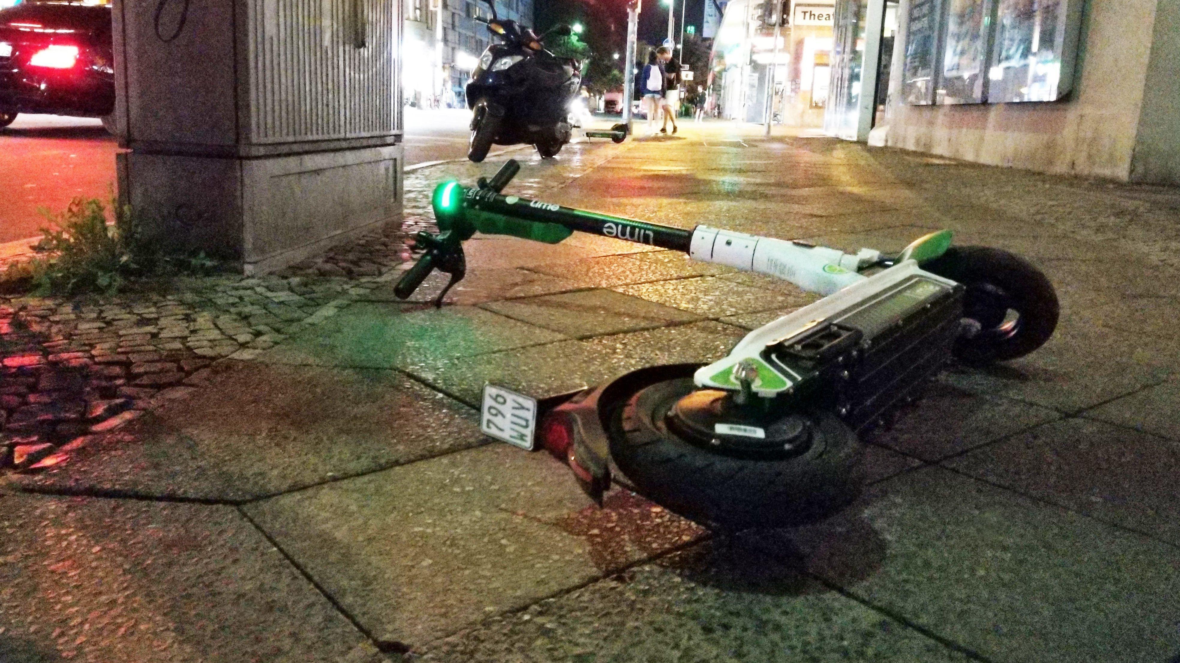 E-Scooter liegt auf einem Gehweg