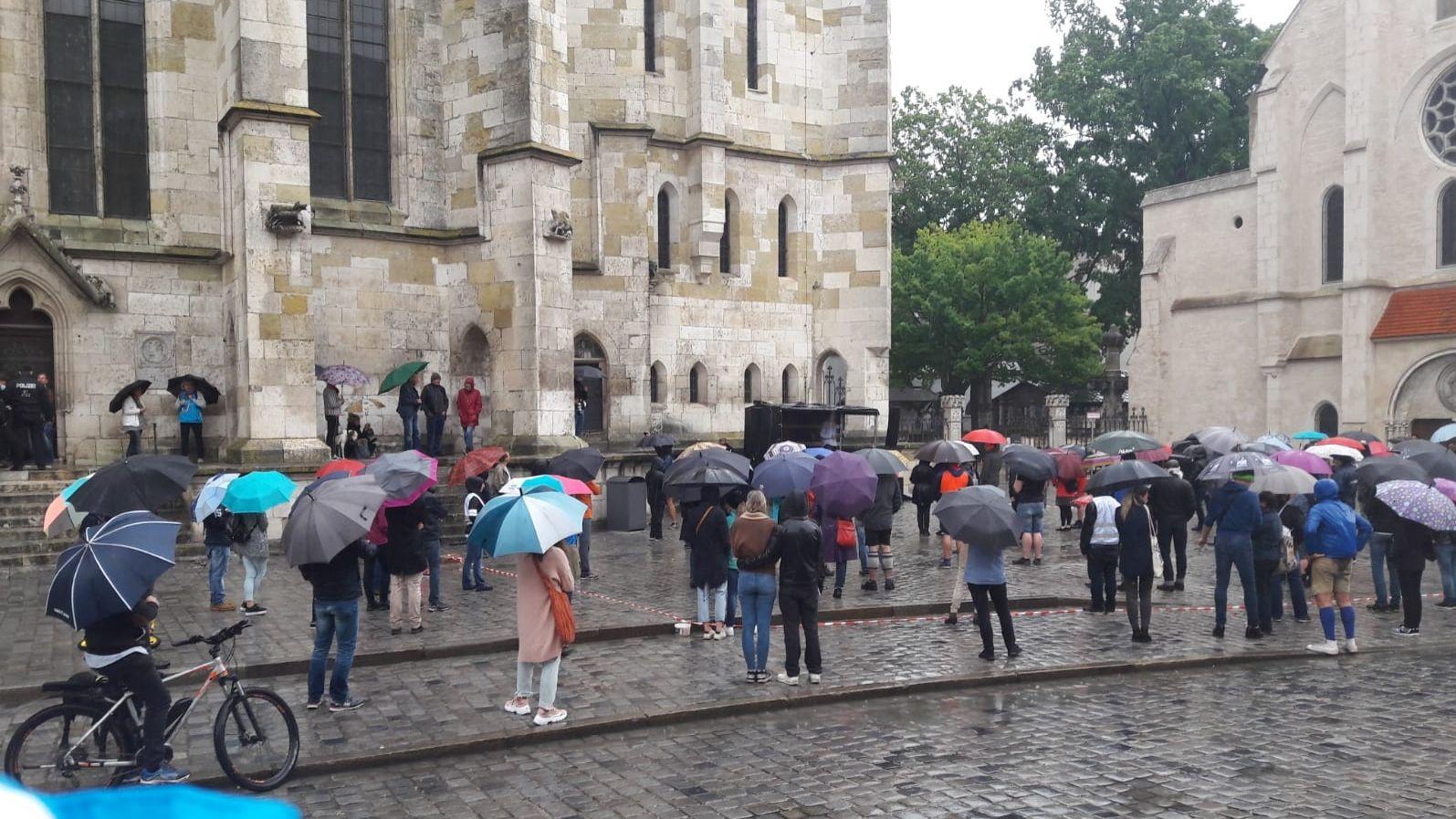 Kundgebung gegen die aktuelle Corona-Politik auf dem Domplatz in Regensburg