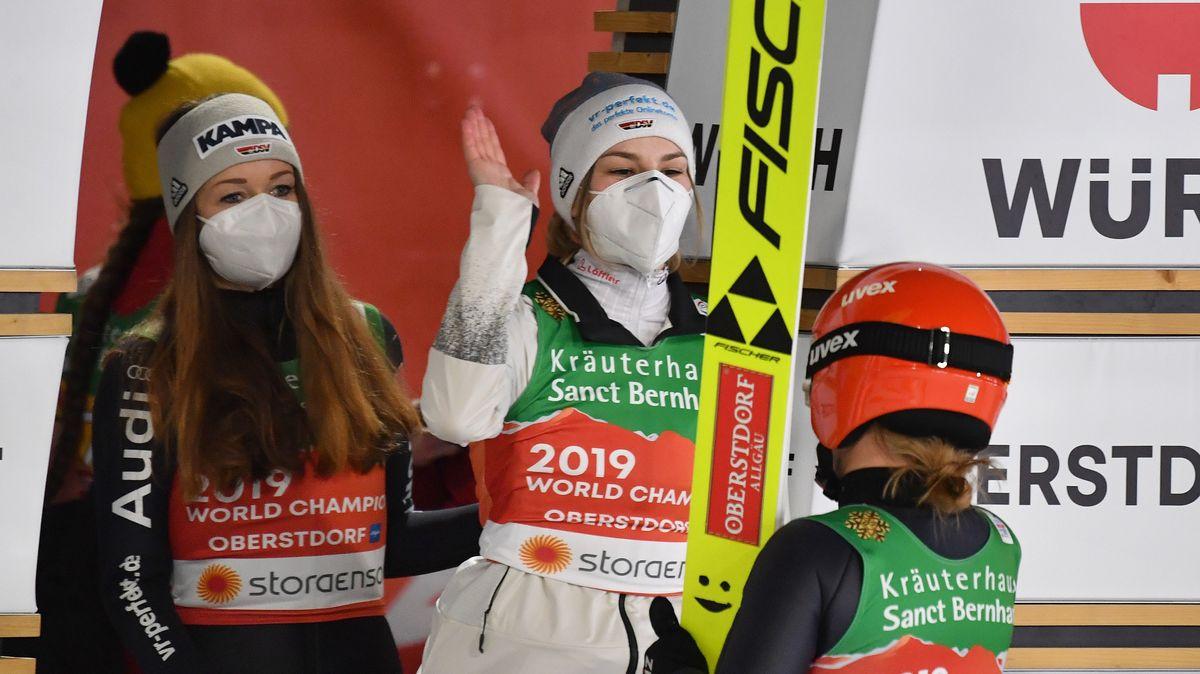 Die deutschen Skispringerinnen Juliane Seyfarth, Anna Rupprecht und Katharina Althaus klatschen sich ab
