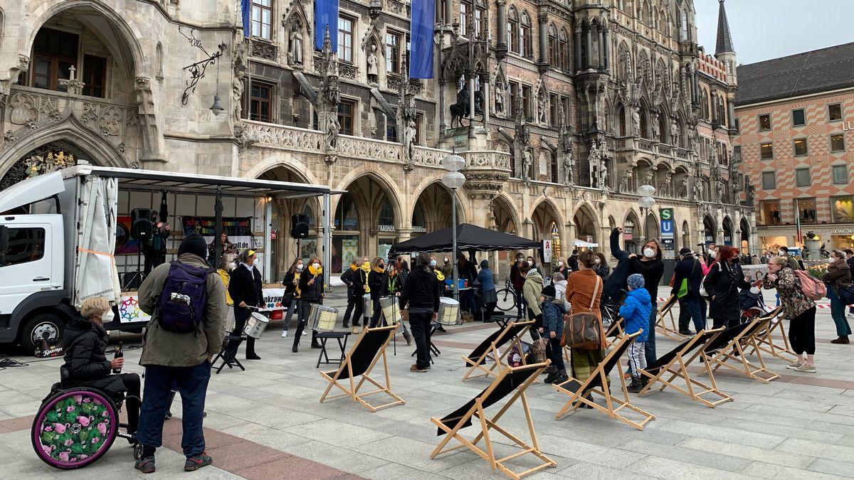 Etwa 50 Menschen demonstrieren auf dem Münchner Marienplatz für mehr Rechte für Menschen mit Behinderung.