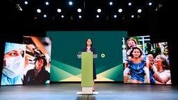 Die Grünen-Politikerin, Annalena Baerbock, spricht auf einer Bühne über ihre Kanzlerkandidatur.   Bild:picture alliance / ASSOCIATED PRESS   ANNEGRET HILSE