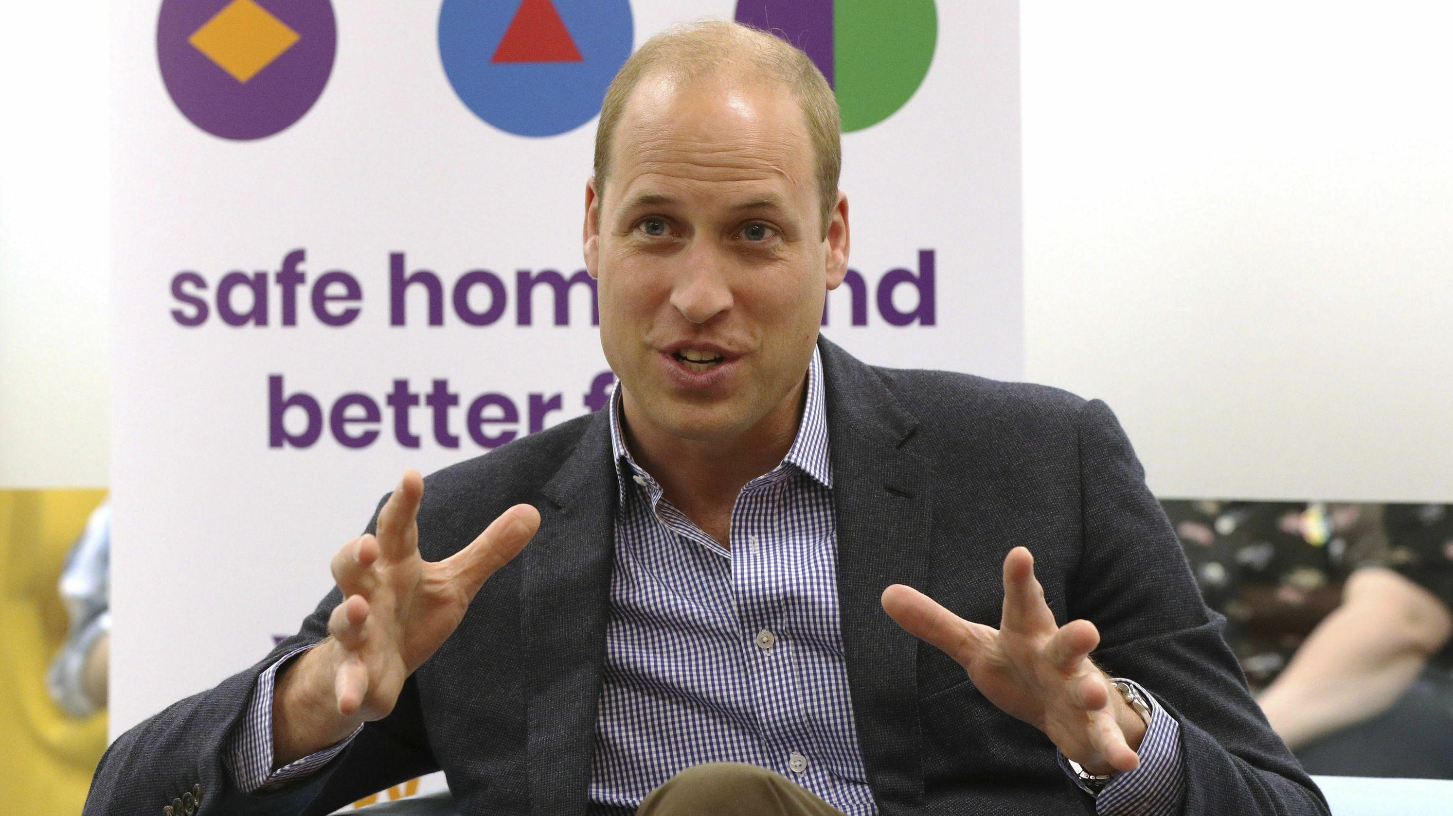 Der britische Prinz William gestikuliert bei einem Besuch der Organisation Albert Kennedy Trust, die sich für junge Menschen einsetzt, die wegen ihrer sexuellen Orientierung aus ihrer Familie verstoßen wurden.