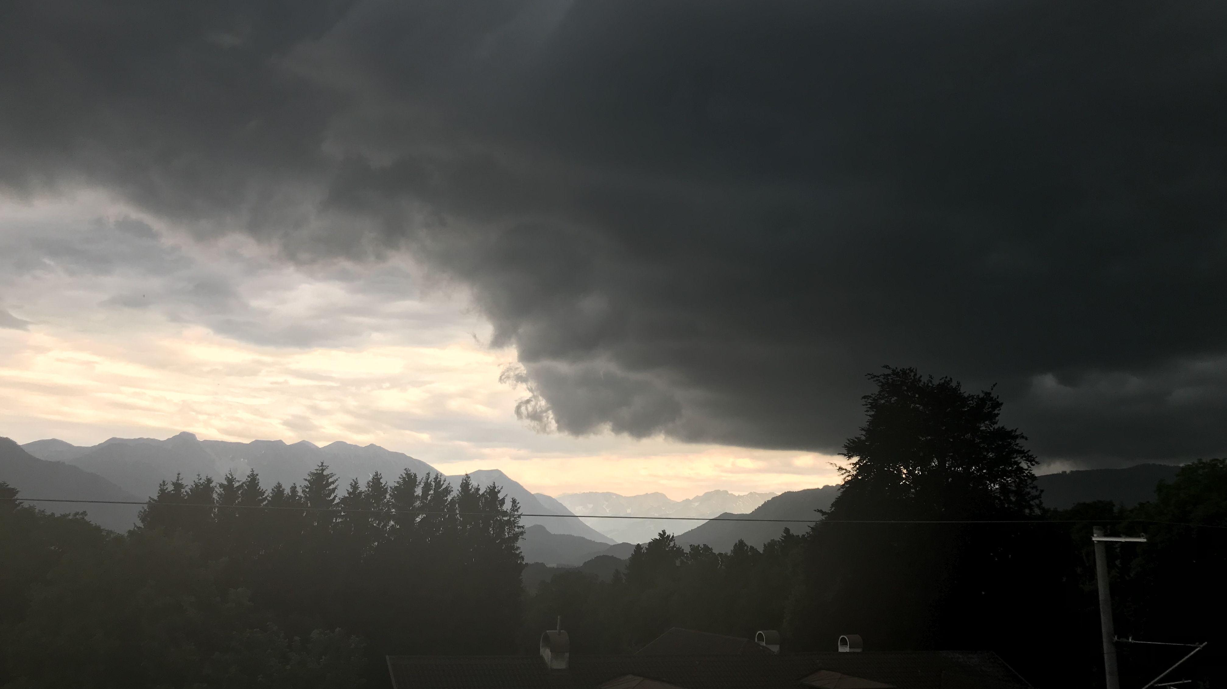 Über Murnau zieht ein Gewitter auf.