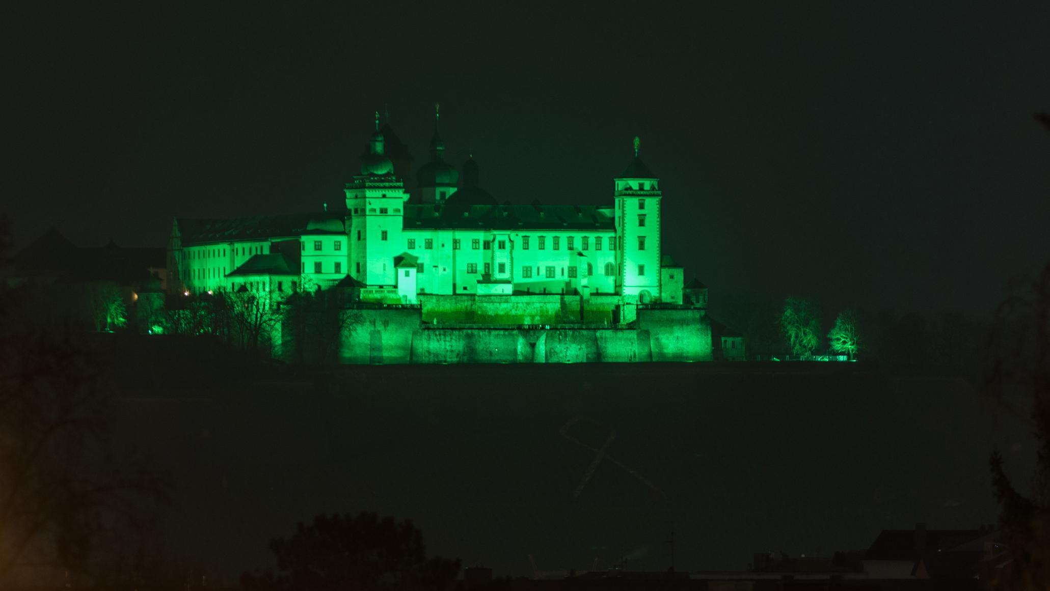 Würzburger Festung Marienberg wird grün angestrahlt