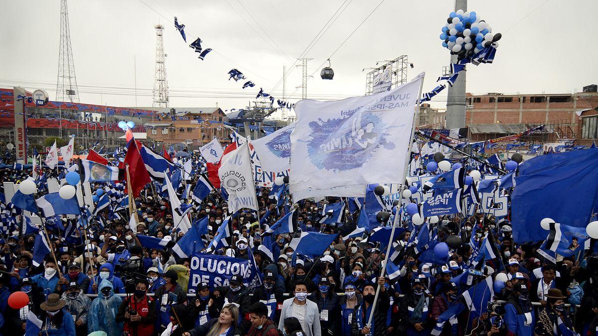 14.10.2020, Bolivien, El Alto: Unterstützer nehmen an der Abschlusskundgebung des Präsidentschaftskandidaten der Movement Towards Socialism Party (MAS), Arce, teil. Die Wahlen in Bolivien finden am 18. Oktober statt.