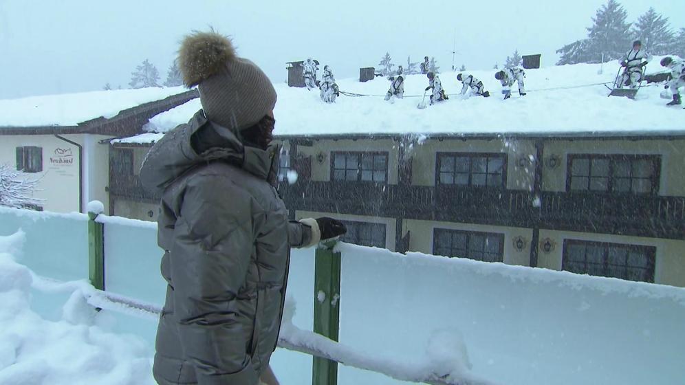Schneelast im Berchtesgadener Land: Bundeswehr-Soldaten bei Räumungsarbeiten auf einem Hotel-Dach.  | Bild:BR