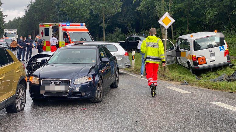 Mehrere Autos und ein Schulbus sind bei Offenstetten zusammengestoßen. | Bild:News5