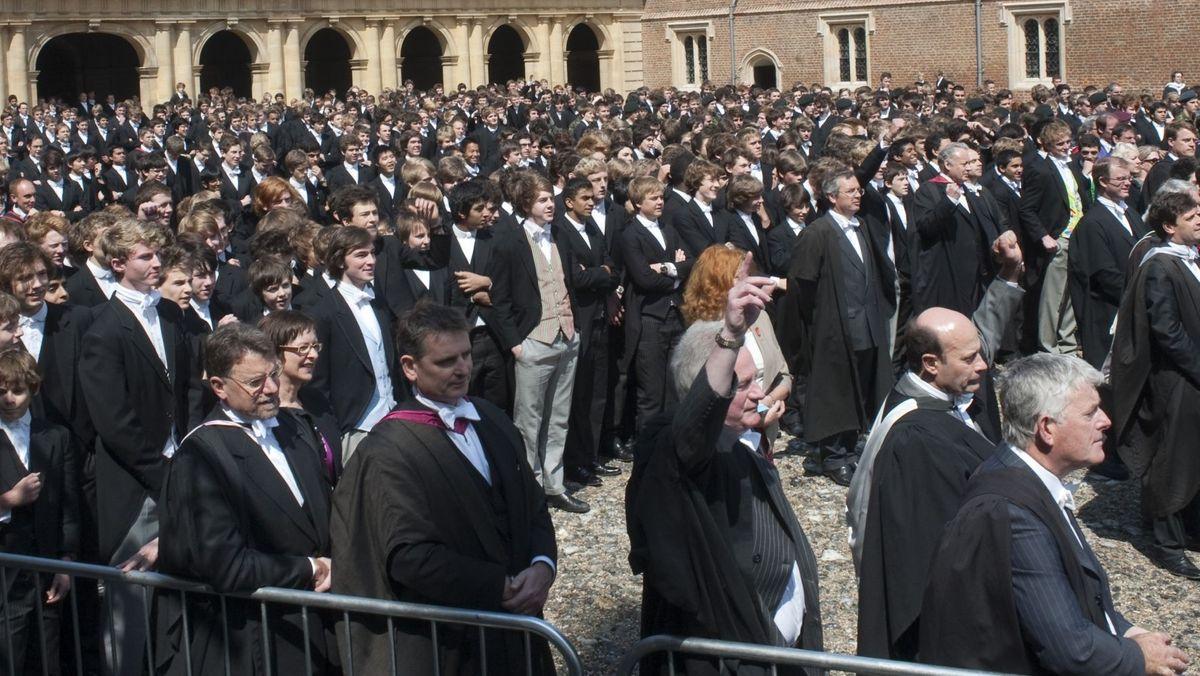Eine Versammlung im Hof von Eton