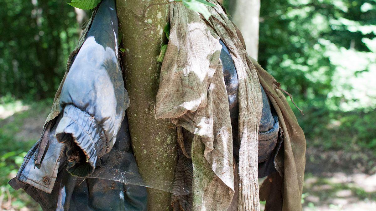 Gefundene Kleidungsstücke im Wald