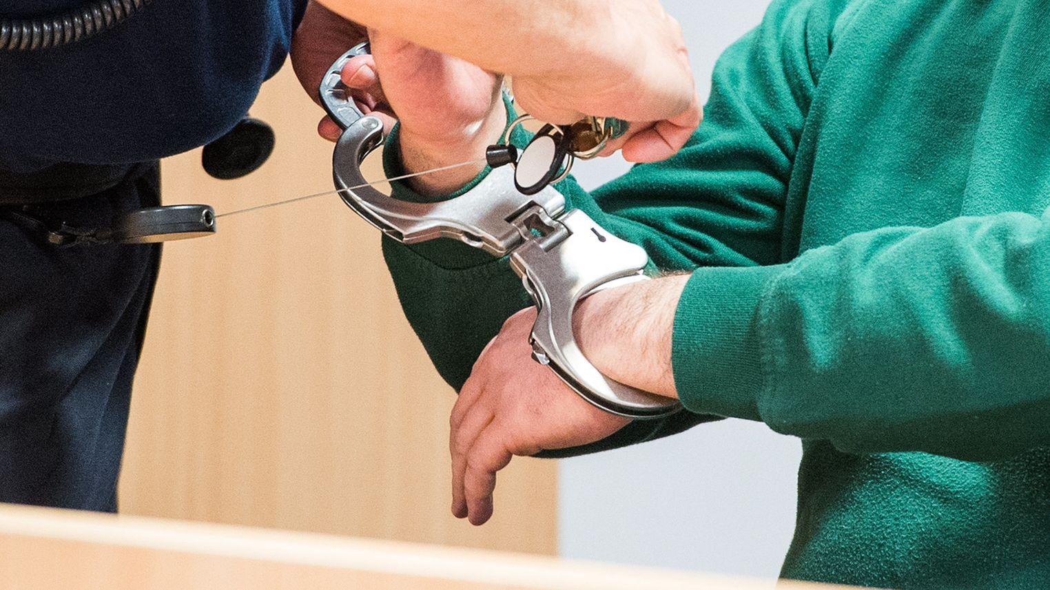 Angeklagter mit Handschellen