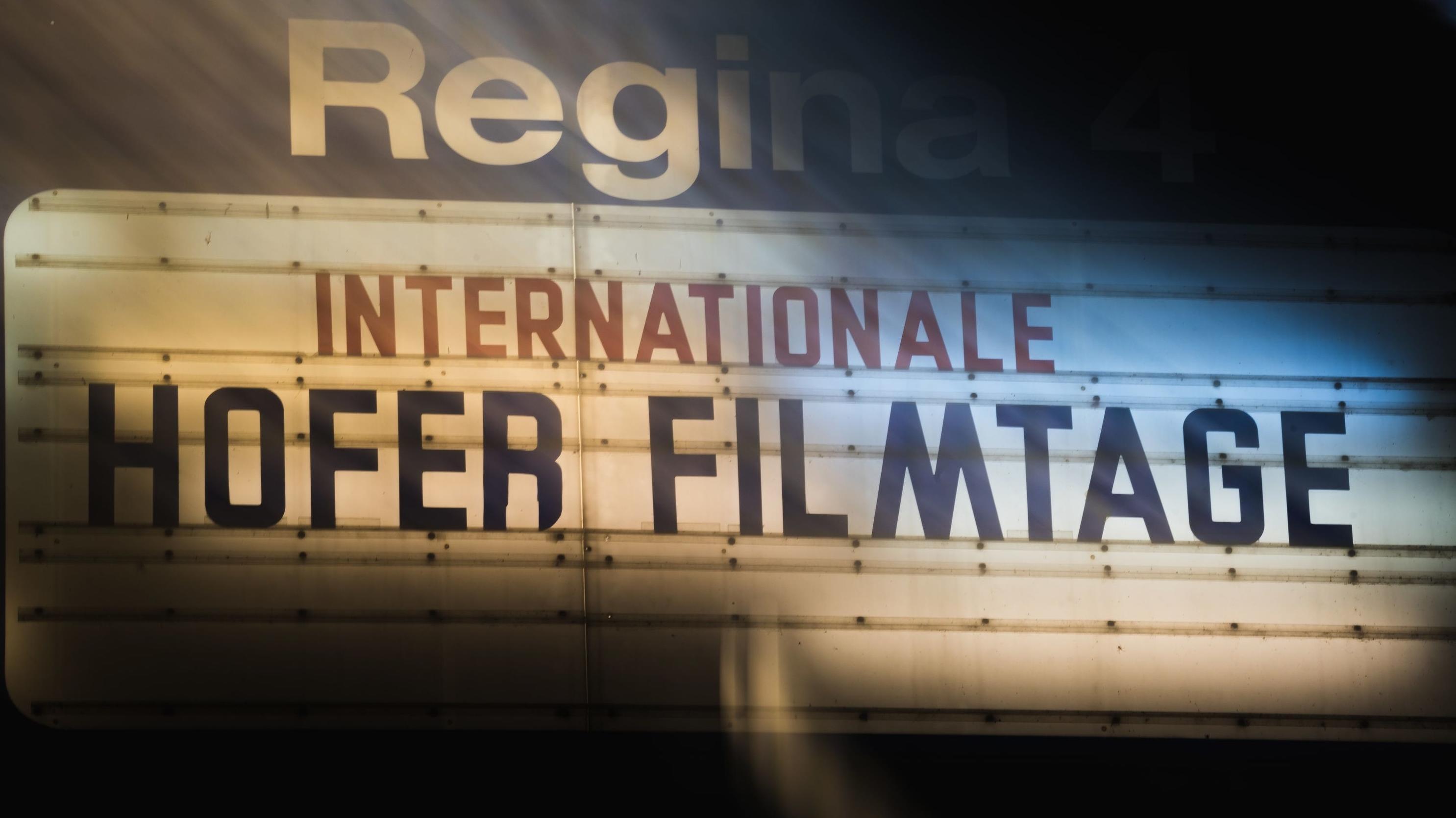 Schild mit der Aufschrift: Internationale Hofer Filmtage