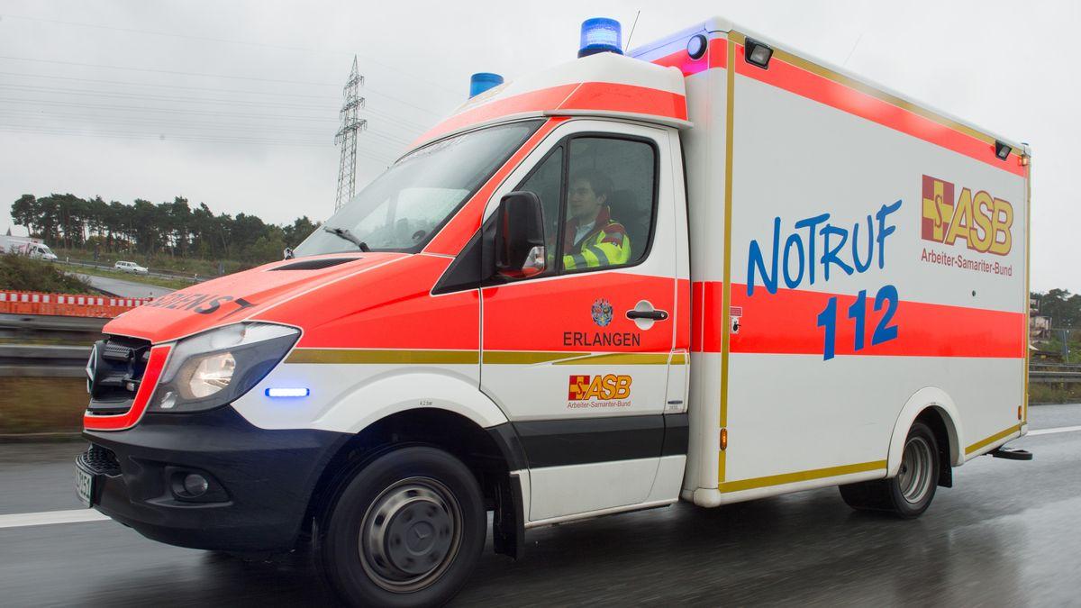 Ein Rettungswagen des ASB mit Blaulicht im Einsatz