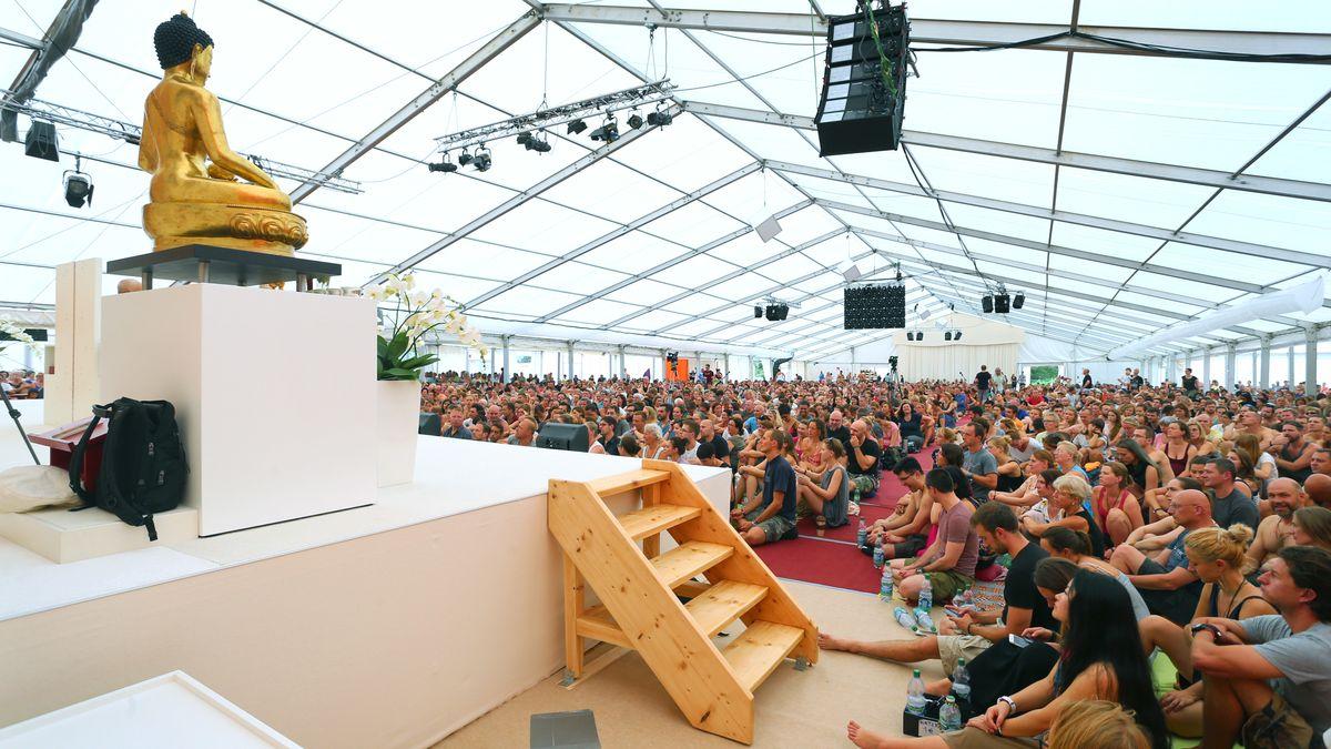 Frage- und Antwortstunde mit Lama Ole Nydahl: Besucher des Buddhistentreffens bei Immenstadt sitzen und liegen im August 2016 im Meditationszelt